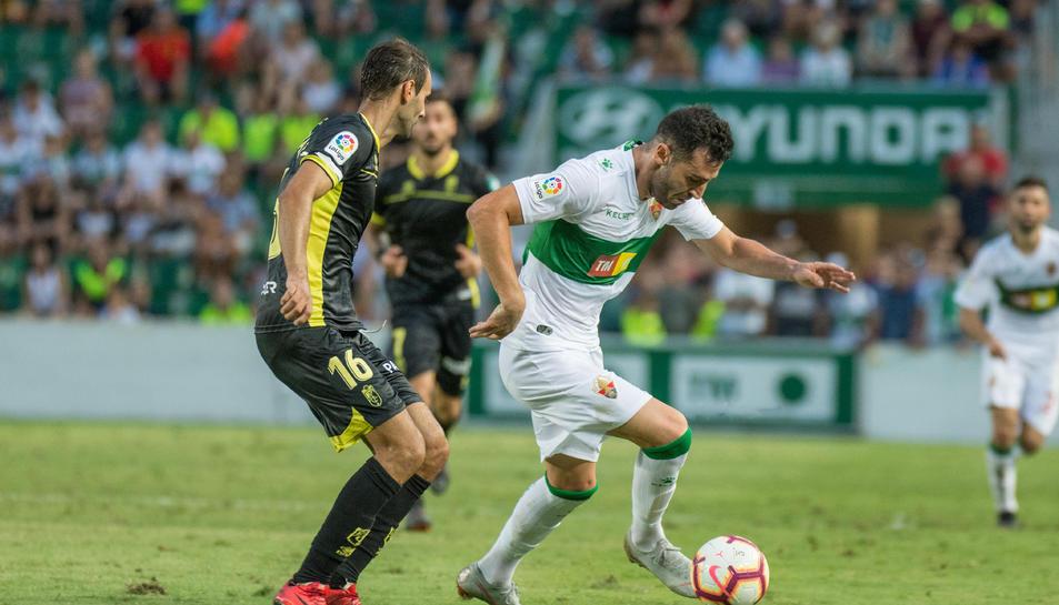 Imatge de Benja en una jugada en el partit de debut a la Segona A de l'equip valencià, contra el Granada.