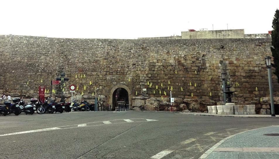 Imatge dels llaços grocs a la Muralla, aquest dimarts 28 d'agost.