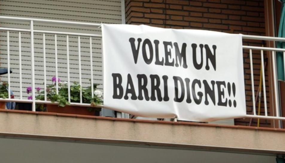 Pancarta col·locada en un balcó de la Part Baixa on es reclama un «barri digne».