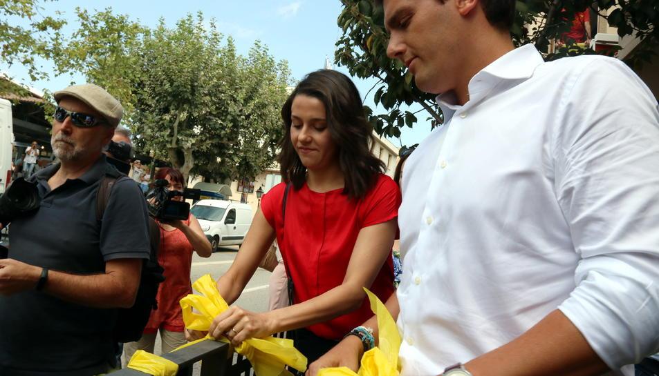 Inés Arrimadas i Albert Rivera retiren llaços.