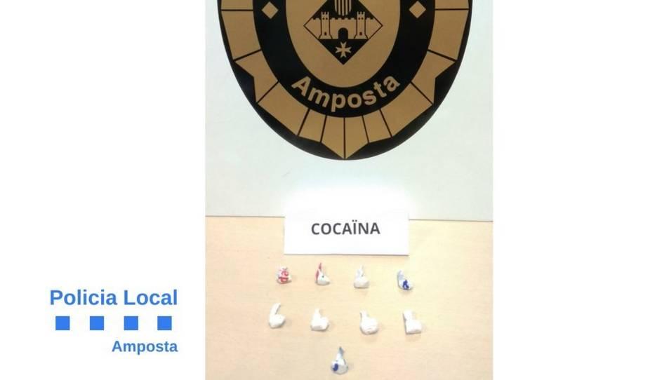 Els agents han trobat a la detinguda nou embolcalls de cocaïna a sobre.