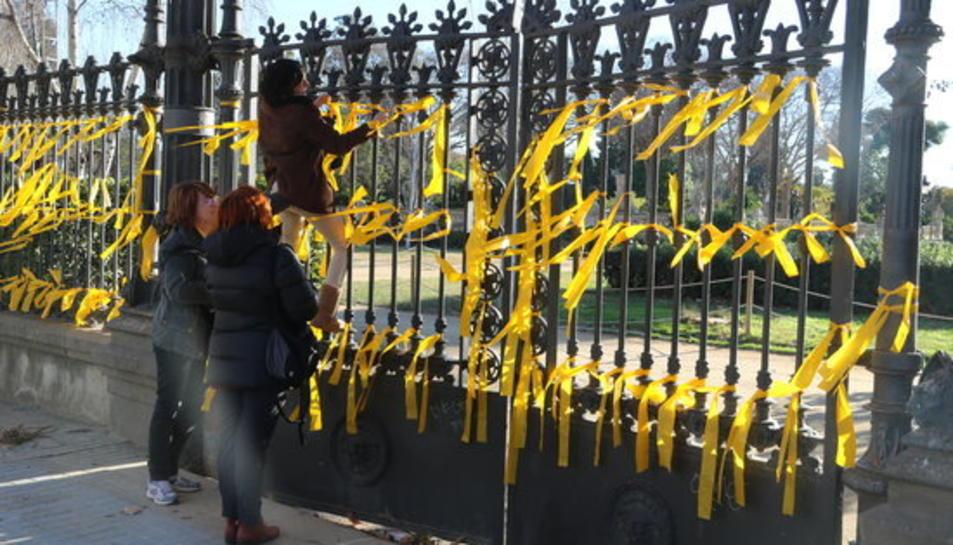 Imatge de gent lligant llaços grocs a la reixa del parc de la Ciutadella, on es va produir l'agressió.
