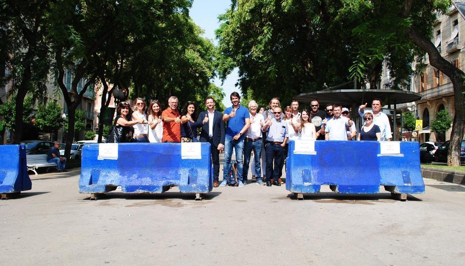 Rubén Viñuales i altres components de la formació taronja s'han passejat per la ciutat treient símbols.