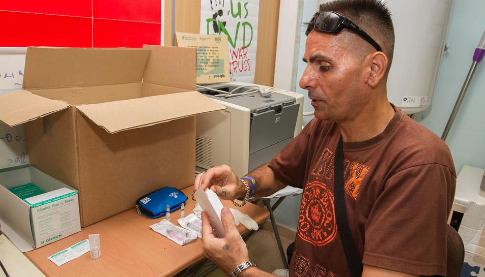 Un dels membres d'ARSU mostrant un dels kits d'atenció.