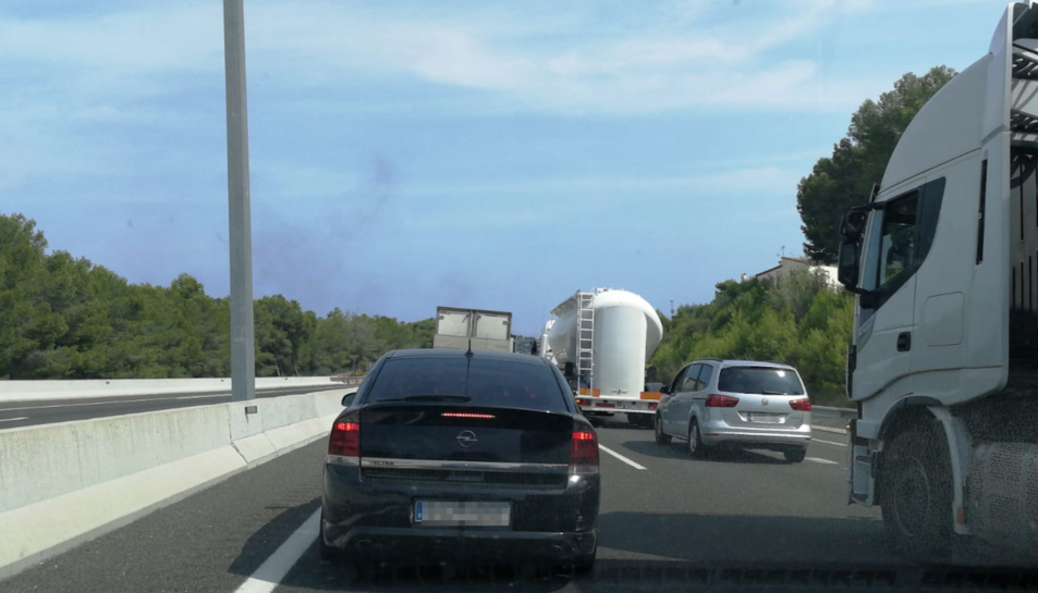 Els conductors que viatjaven per la via han pogut veure una gran fumera a causa de l'incendi.