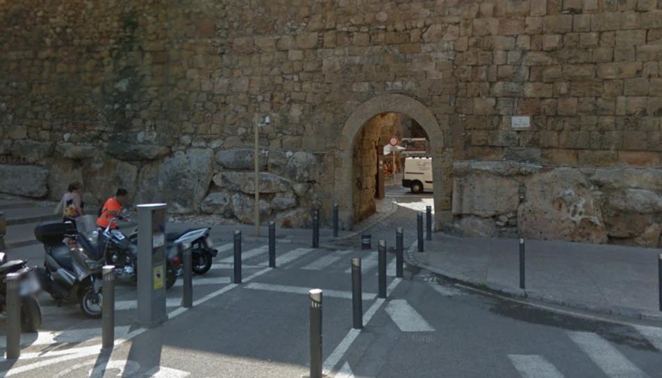 La jove resideix en un habitatge proper a la Baixada del Portal del Roser.