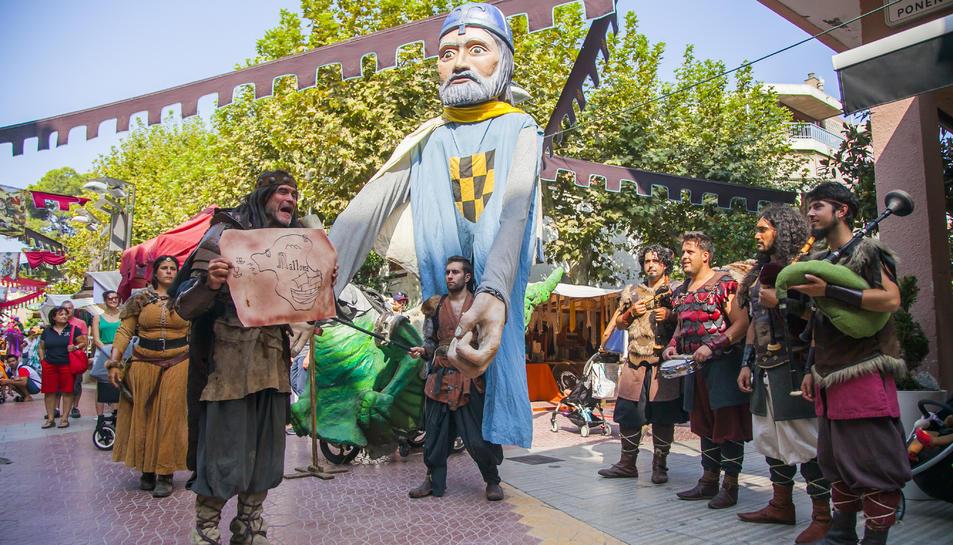 Joglars, acròbates, bufons i músics han començat a passejar-se pel Mercat Medieval de Salou.