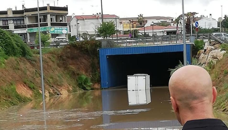 Un camió atrapat en un pont del Creixell.