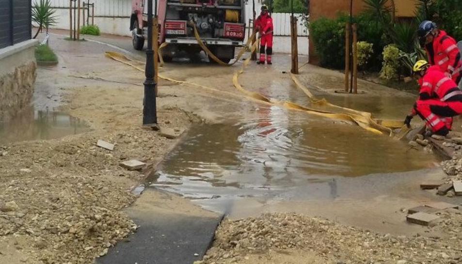 El forat ha aparegut al carrer Blanes de Roda de Berà.