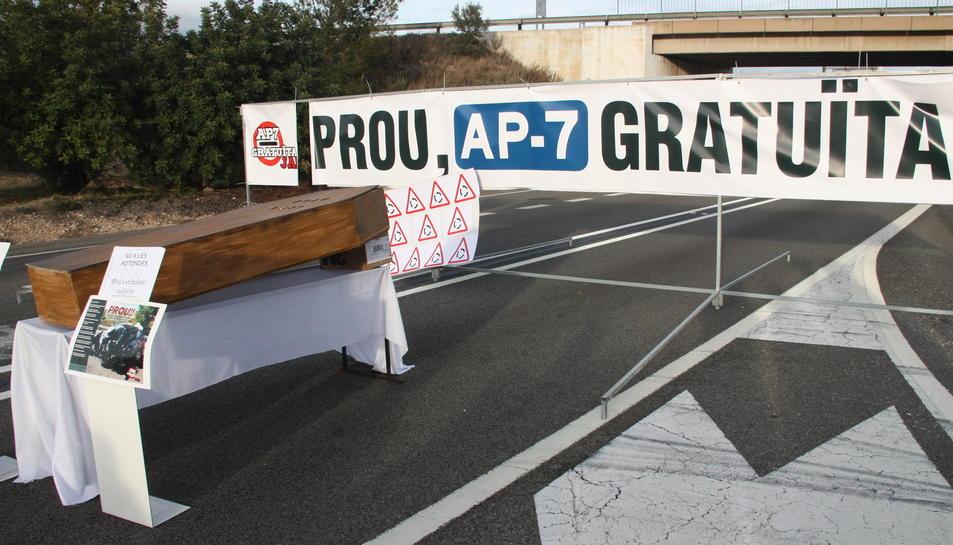 Imatge d'una de les concentracions del moviment veïnal Prou! AP-7 Gratuïta Ja!.