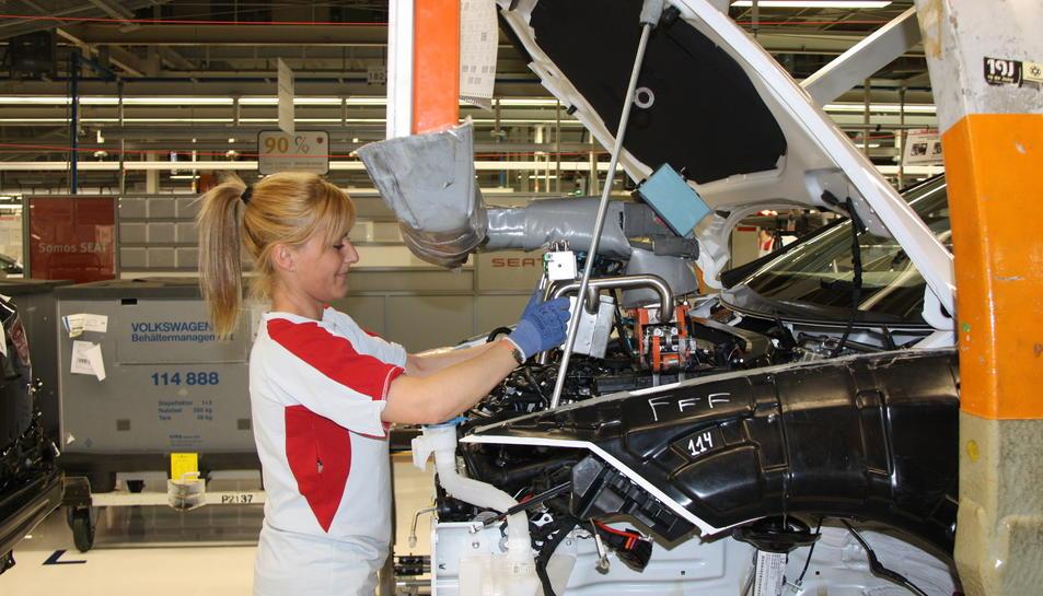 Imatge d'arxiu d'una operaria de Seat treballant a la cadena de muntatge de l'Ibiza.