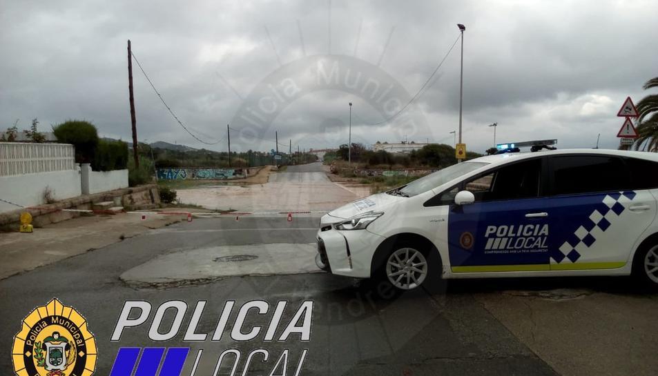 Els indrets inundables estan tallats al trànsit amb una cadena.