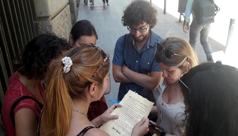 Un grup de joves jugant una partida de l'empresa Cityplay al centre de Barcelona.