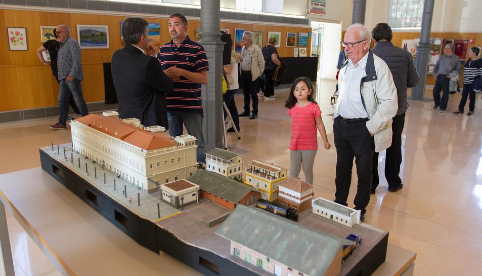 El president, al centre, en la mostra de tallers de l'AVV I de Maig.