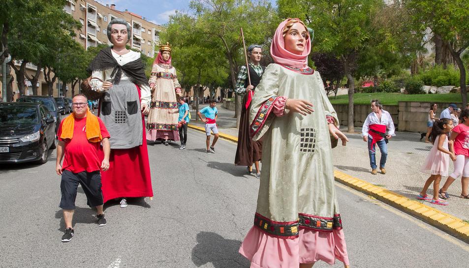 Elements festius desfilen en la cercavila que va recórrer els carrers de Sant Pere i Sant Pau.