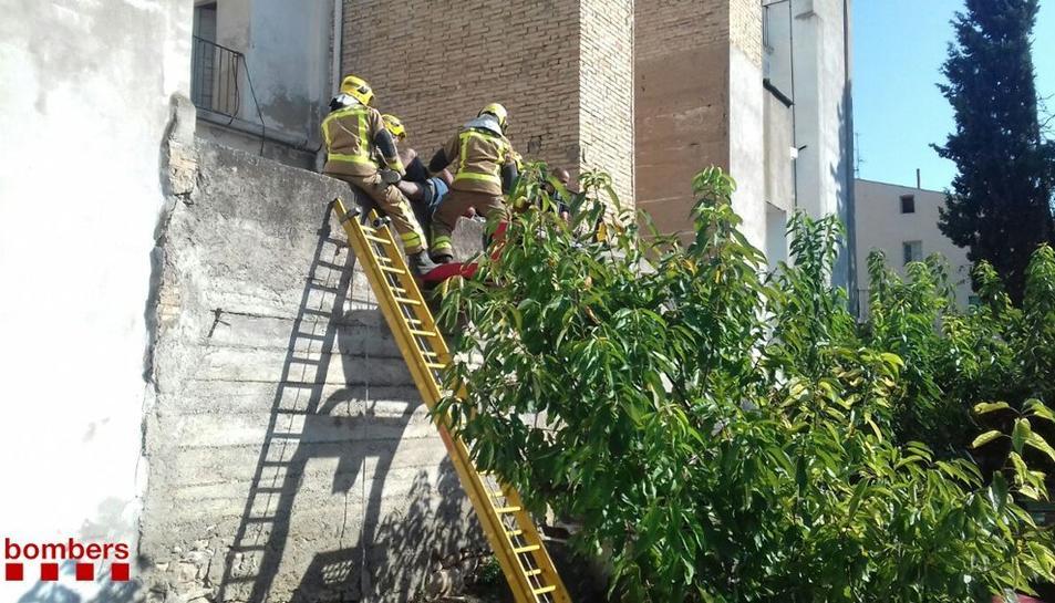 Els bombers rescaten l'home amb cremades importants