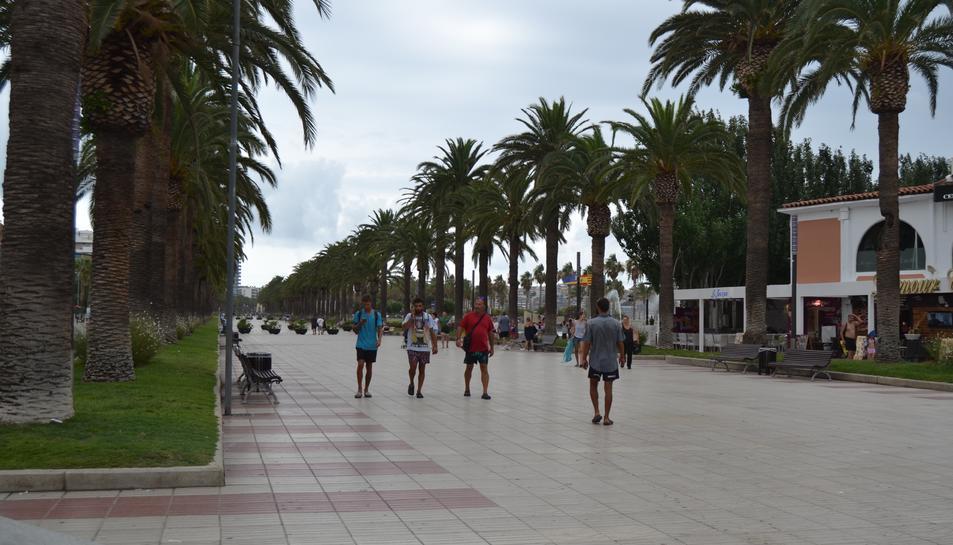El passeig de Jaume I, també a primera hora de la tarda, buit. A la dreta, una de les platges de Cambrils, sense quasi banyistes.