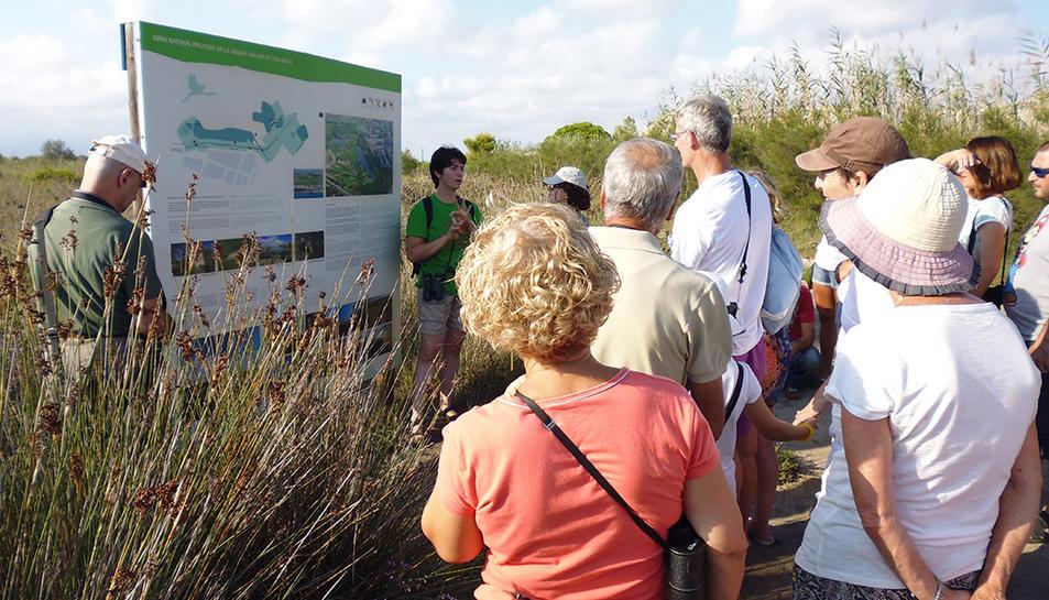 La visita permet conèixer les diverses espècies de fauna i flora que habiten la zona.