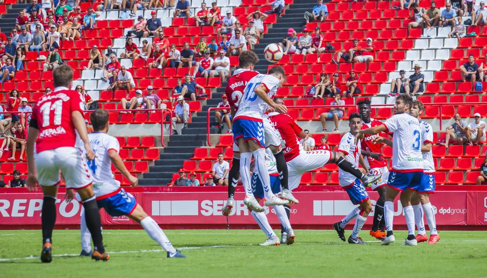 Mejías salta per intentar impactar amb el cap a l'esfèrica durant el partit contra el Majadahonda.
