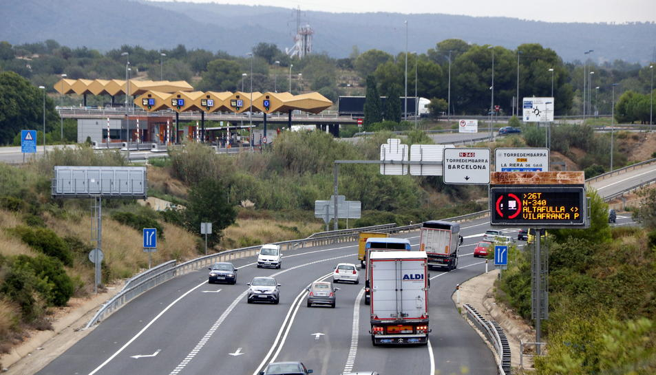 Pla general de l'N-340 a l'alçada de l'accés del peatge d'Altafulla-Torredembarra amb el rètol de prohibició del pas de camions.
