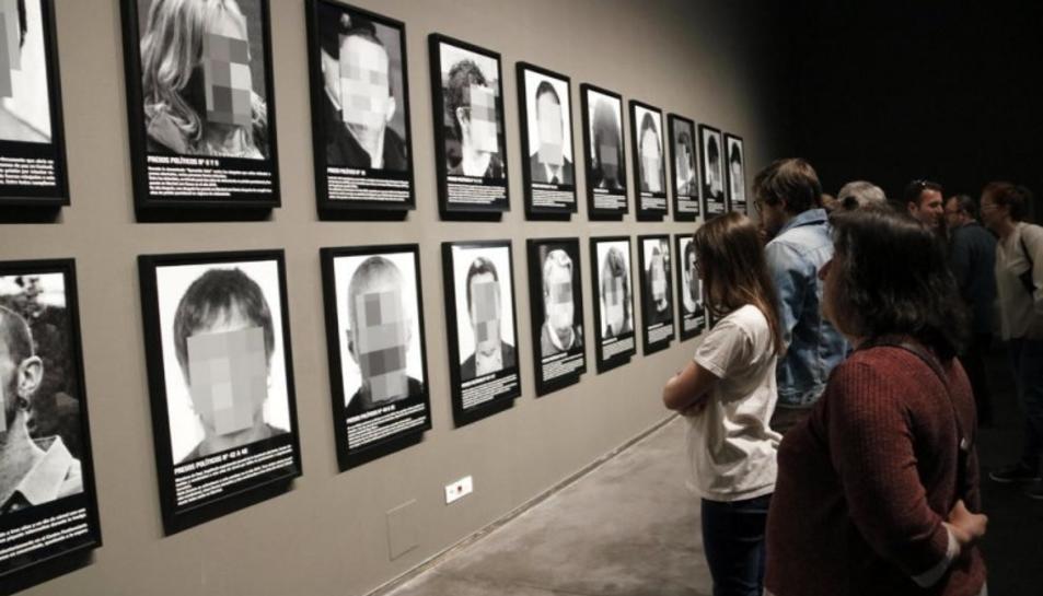 La rèplica de l'obra original de Santiago Sierra es podrà visitar al Museu de Valls.