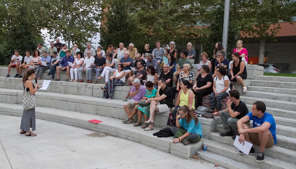 Imatge dels assistents a la reunió d'aquest dilluns, celebrada a la plaça del Velòdrom.