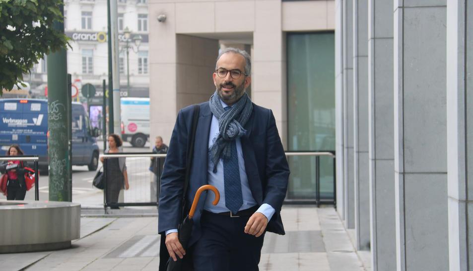 L'advocat belga defensor de Pablo Llarena, Hakim Boularbah, a l'entrada de la vista preliminar als jutjats de primera instància de Brussel·les.