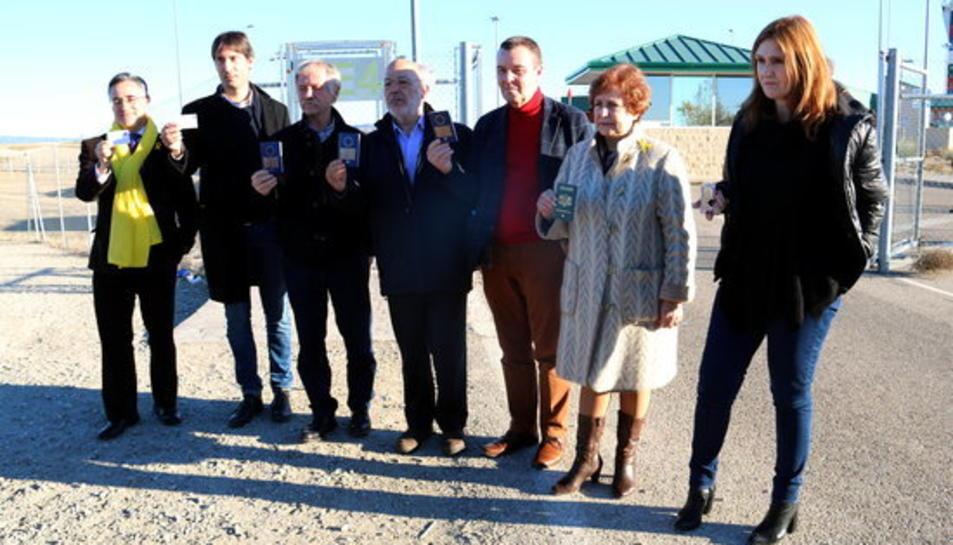 Els set eurodiputats a les portes d'Estremera mostrant passaports i credencials de parlamentaris europeus.