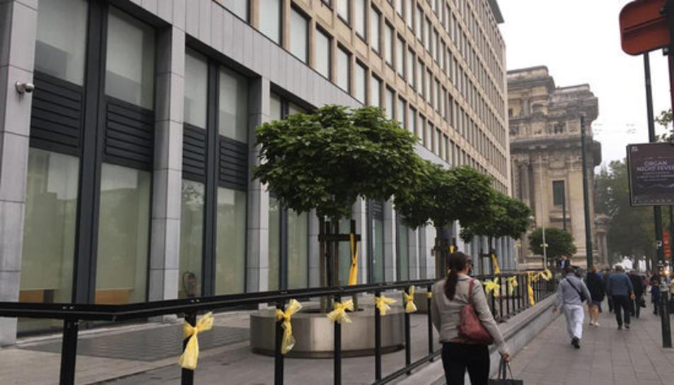 Llaços grocs a l'edifici dels jutjats de primera instància de casos civils a Brussel·les, el mateix dia en què estava citat el jutge Pablo Llarena.