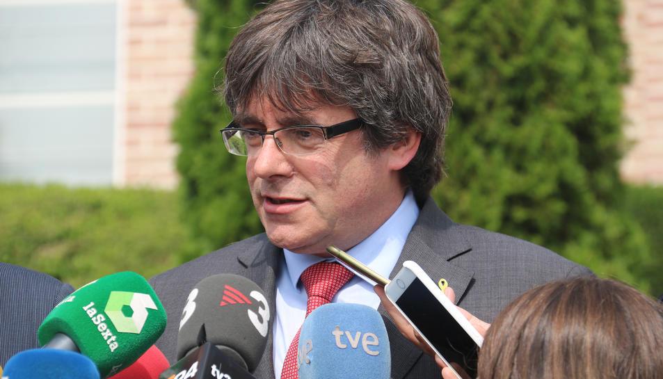 L'expresident Carles Puigdemont durant l'atenció als mitjans a Waterloo.