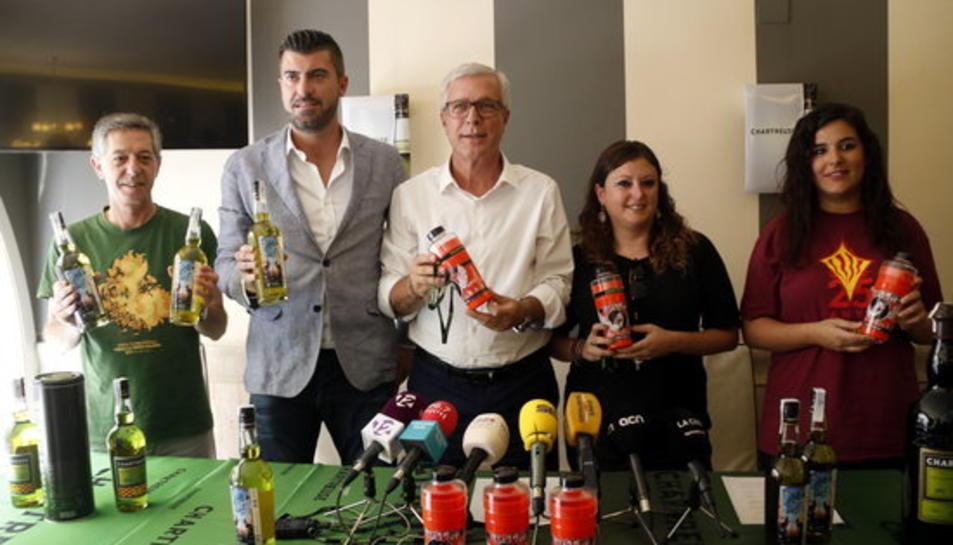 L'alcalde de Tarragona, Josep Fèlix Ballesteros, en una fotografia de família durant la presentació del barrilet de les festes 2018 i la nova edició de l'ampolla de Chartreuse de Santa Tecla.