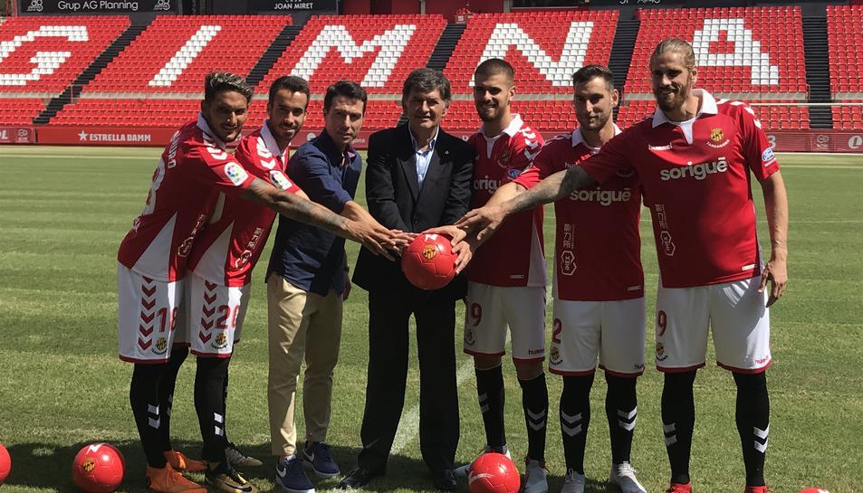 Els futbolistes amb el president, a la gespa del Nou Estadi.