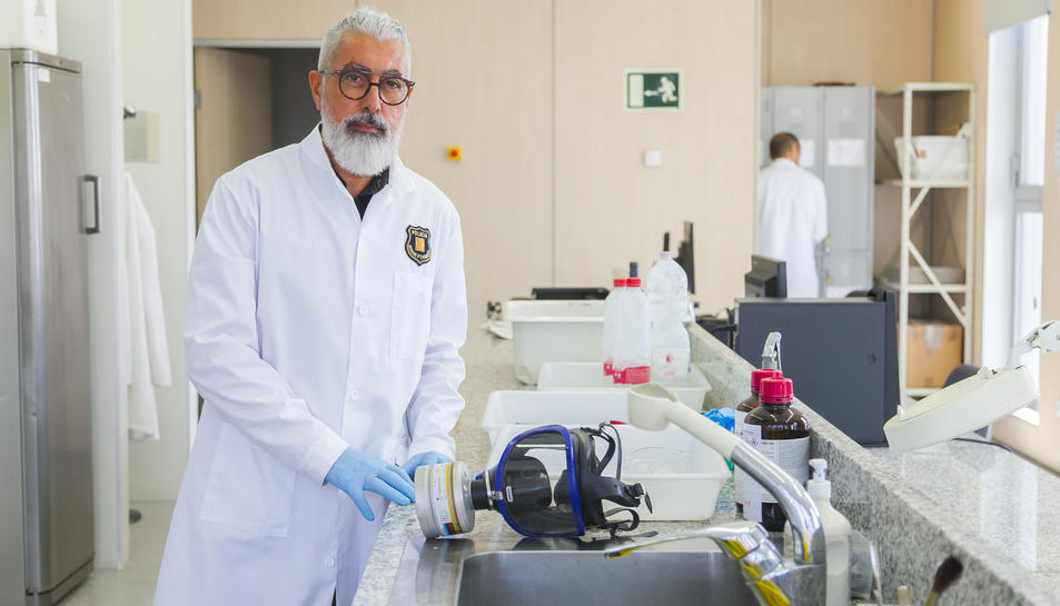 El responsable de la Policia Científica de la Regió Policial del Camp de Tarragona, Josep Dávila, ahir al laboratori de la comissaria de Campclar, on realitzen procediments per trobar empremtes.