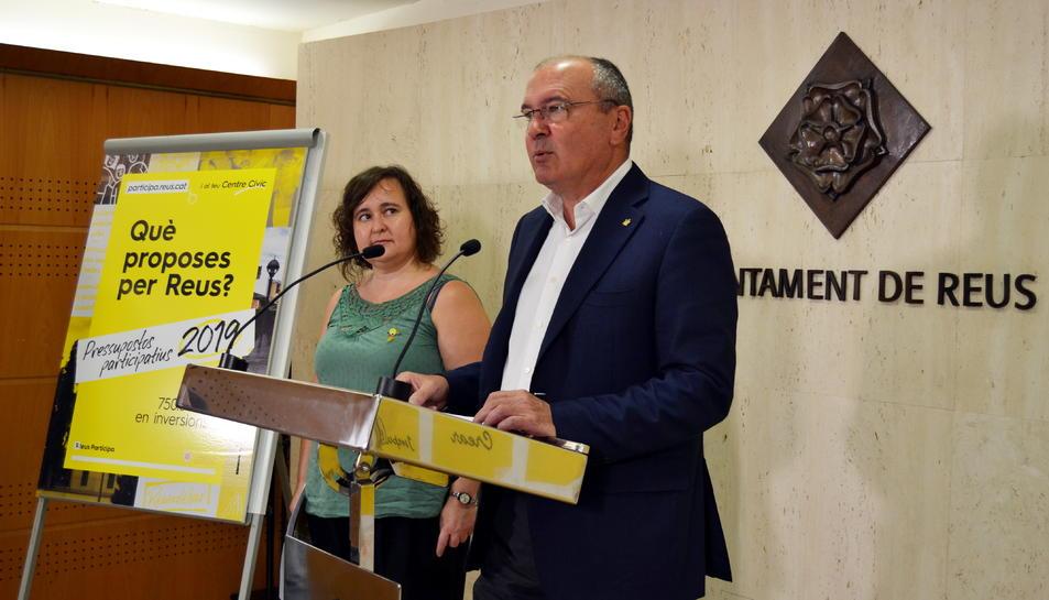L'alcalde de Reus, Carles Pellicer, i la regidora Montserrat Flores, durant la presentació dels pressupostos participatius.