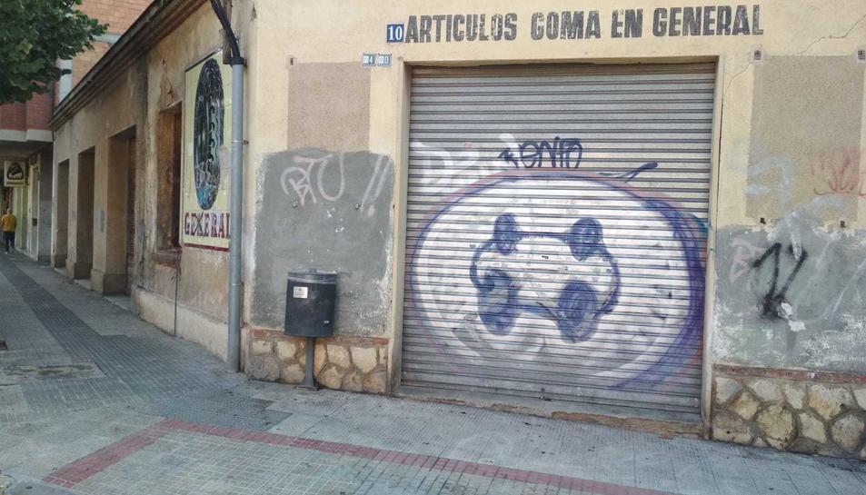 La víctima ha quedat estesa sobre la vorera del xamfrà del carrer Josep Maria Prous i Vila amb la Ronda de Subirà.