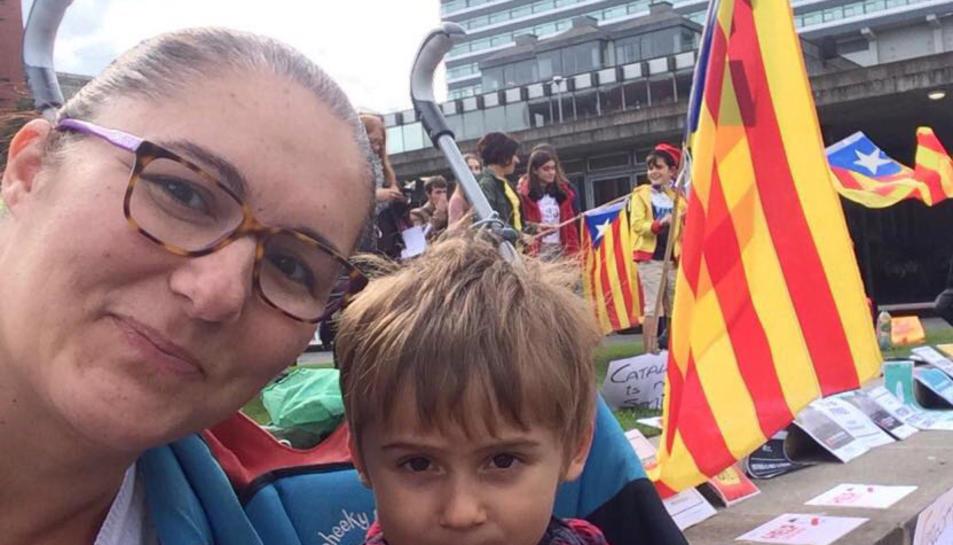 La Sílvia amb el seu fill en un acte dels Catalans a Manchester.