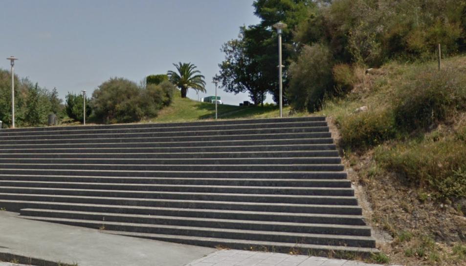 Imatge de l'entrada al parc on els nois feien 'botellón'.