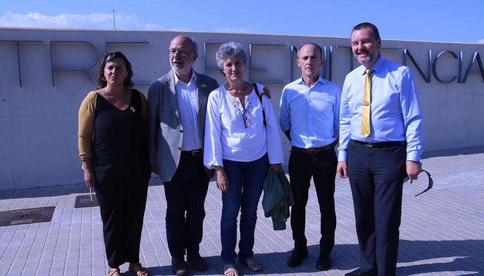 La delegació de cinc eurodiputats després de la visita a Carme Forcadell a la presó de Mas d'Enric.