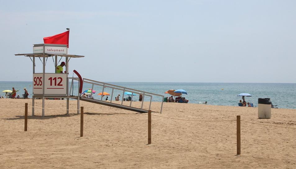 Imatge d'arxiu de la platja de Segur de Calafell amb bandera vermella.