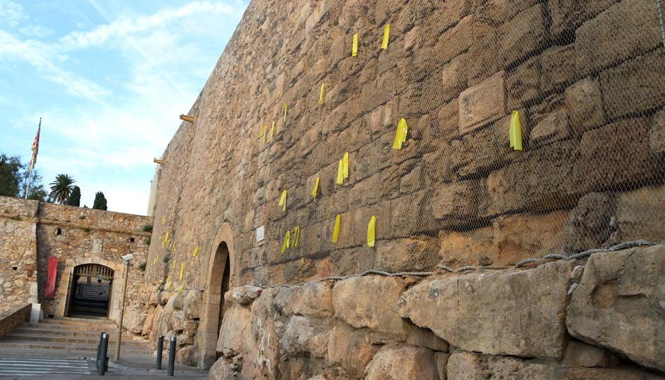 Els llaços grocs penjats a la Muralla de Tarragona, aquest cap de setmana.