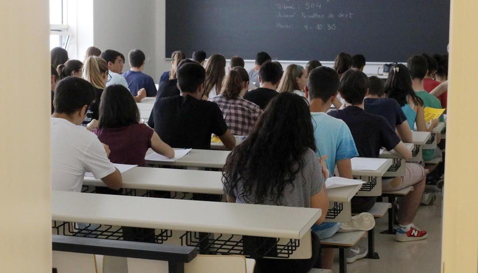 Imatge d'arxiu d'una aula durant la realització d'un examen.