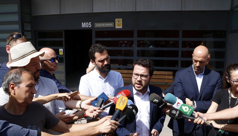 Eel vicepresident del Govern, Pere Aragonès, i el president del Parlament, Roger Torrent, al centre penitenciari de Mas d'Enric després de visitar Carme Forcadell.