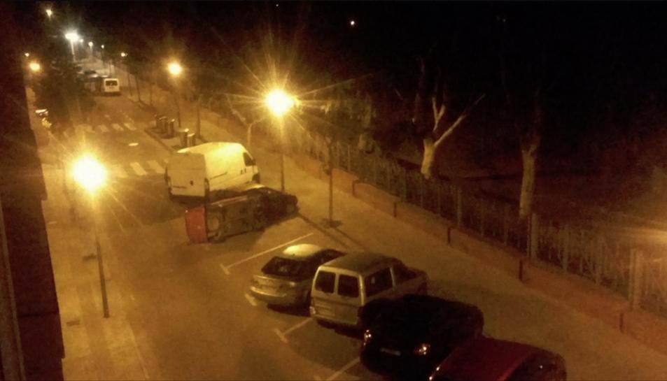 Imatge del cotxe bolcat al carrer Josep Serra i Dalmau.