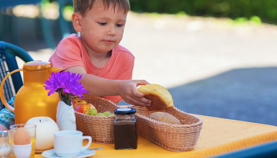 Un nen esmorzant de manera saludable.