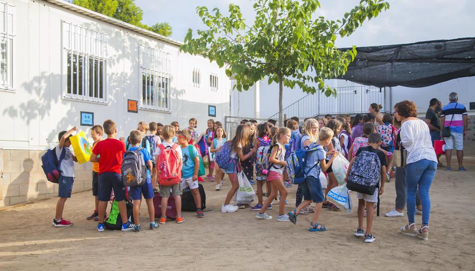 Alumnes al pati de l'Escola de l'Arrabassada en el primer dia del curs 2018-2019.