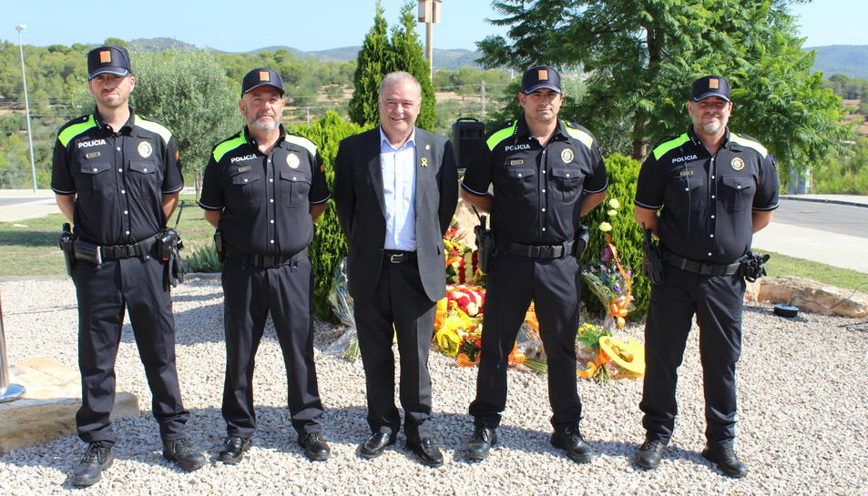 L'alcalde de Creixell, Jordi Llopar, junt al cap de la Policia Local i altres agents.