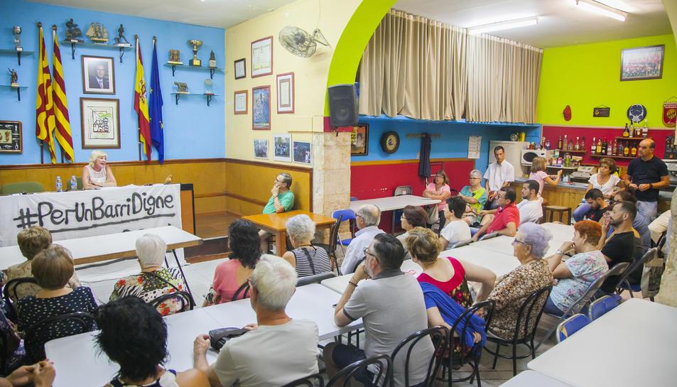 La reunió, convocada per l'associació de veïns, va comptar amb una alta participació de persones residents al barri.