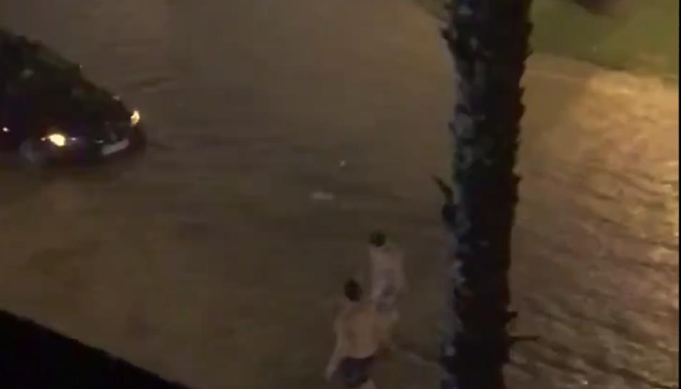 Imatge d'un vídeo difós a Twitter de carrers inundats a Salou.