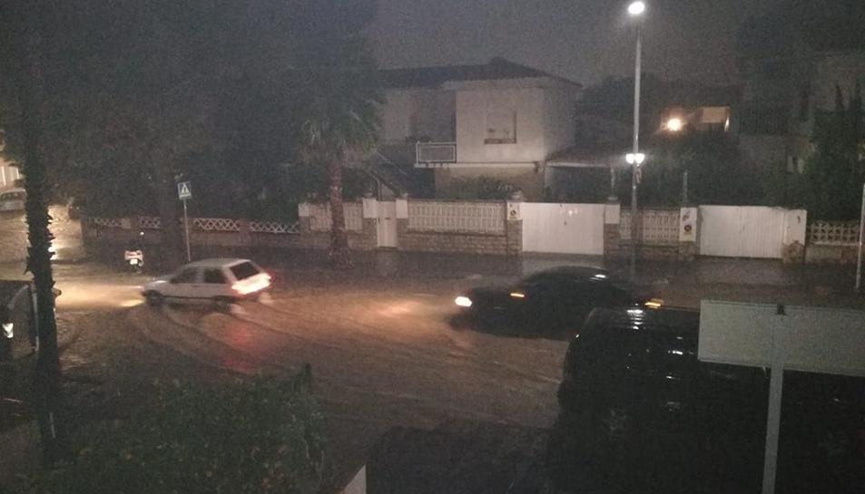 Carrers inundats a Coma-ruga per l'intens episodi de pluges.