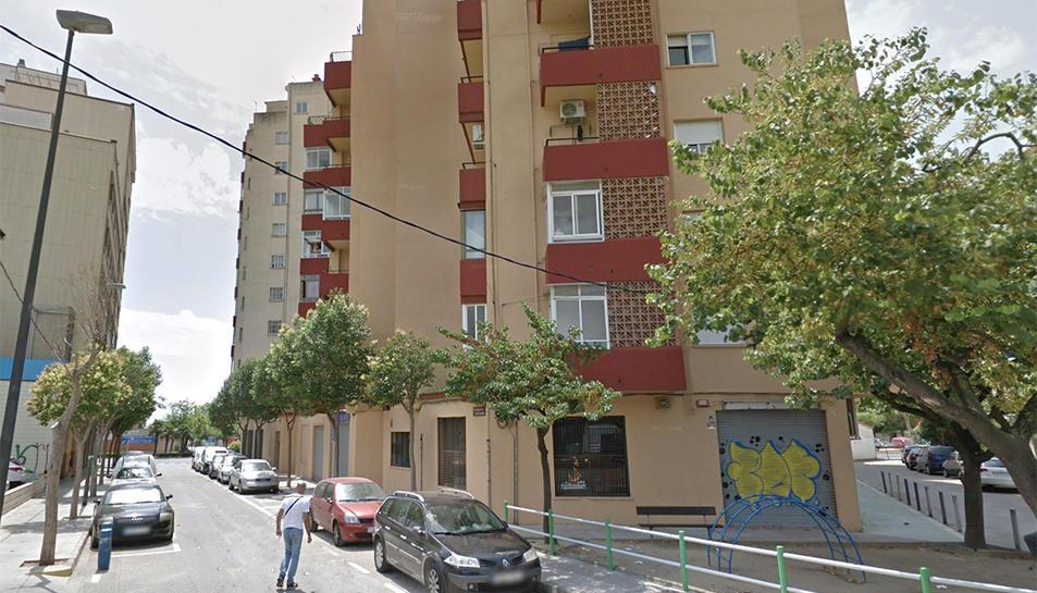 Imatge del bloc d'habitatges on es va intentar produir l'ocupació, al carrer de la Costa Daurada.